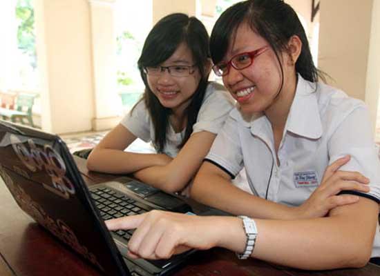 Phan Lê Thanh Trúc (phải), thủ khoa Trường ĐH Ngoại thương cơ sở phía nam và Võ Diệu Ánh Dương, thủ khoa Trường ĐH Quốc tế (ĐH Quốc gia TP.HCM) đều là học sinh của Trường THPT chuyên Lê Hồng Phong (TP. HCM)