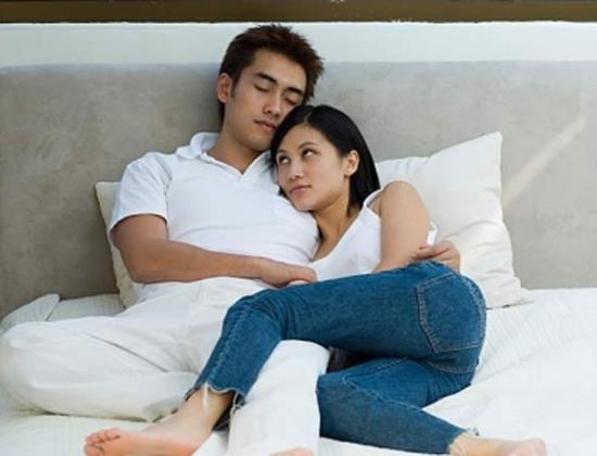 Bất chấp việc bạn có nhu cầu, cảm xúc hay không, anh chàng đó vẫn quyết đòi hỏi bạn phải cưng nựng mình trên giường.