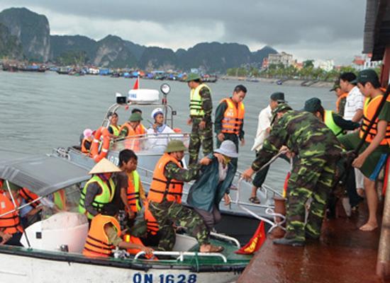 Lực lượng trên bờ đón sẵn để đưa những người gặp nạn lên bờ.