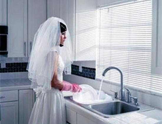 Nhìn mọi người trong gia đình chồng cứ loay hoay xung quanh Cường như những con rối mà Ngân thấy lòng ngán ngẩm. (Ảnh minh họa)