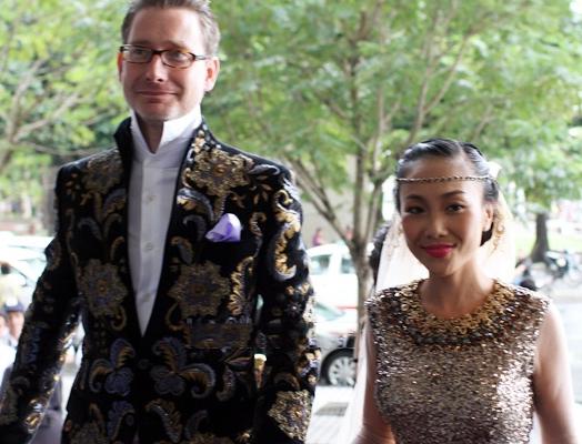 Cô dâu Đoan Trang hạnh phúc sánh đôi bên cạnh chú rể Johan.