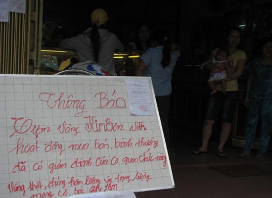 Bảng thông báo và và kết quả giám định đặt trước cửa tiệm Kim Sơn khẳng định vàng bán ở tiệm là vàng thật