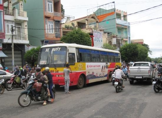 Sau khi gây tai nạn, tài xế xe buýt đã đóng cửa giam lỏng hành khách và rời khỏi hiện trường