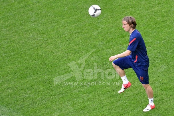 Croatian midfielder Luka Modric controls a ball during a training session in Gdansk on June 17, 2012 on the eve of their Group C match against Spain during the Euro 2012 football championships.