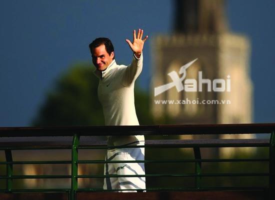 Roger Federer bước trên chiếc cầu giành cho những nhà vô địch Wimbledon