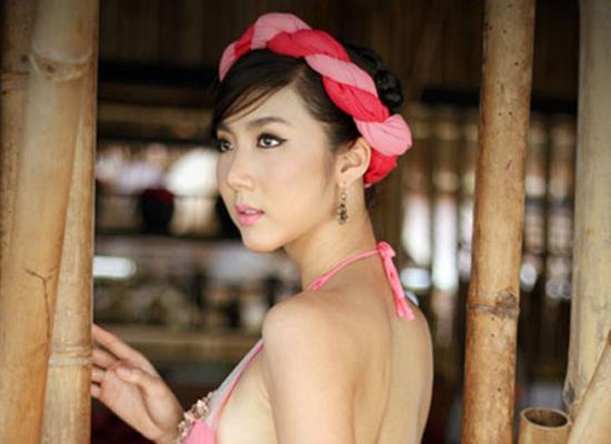 Tạo hình Ngọc Quyên trong phim Mỹ nhân kế. Người đẹp thật sự cuốn hút khi khoác lên người chiếc áo yếm với sắc hồng dịu nhẹ.
