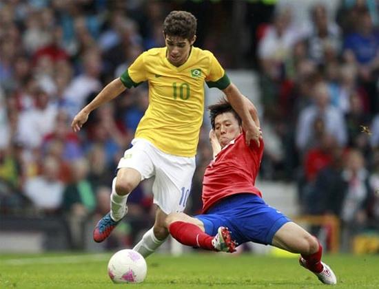 Oscar (áo vàng) - một trong những cầu thủ xuất sắc nhất Olympic