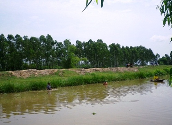 Đoạn sông Tĩnh, nơi thi thể em Nguyễn Thị Bích Ngọc được người dân địa phương phát hiện