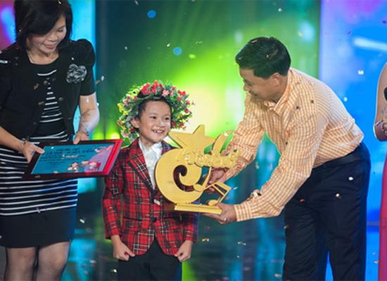 Nhật Tiến trong giây phút nhận giải thưởng ngôi vị quán quân Đồ Rê Mí 2012