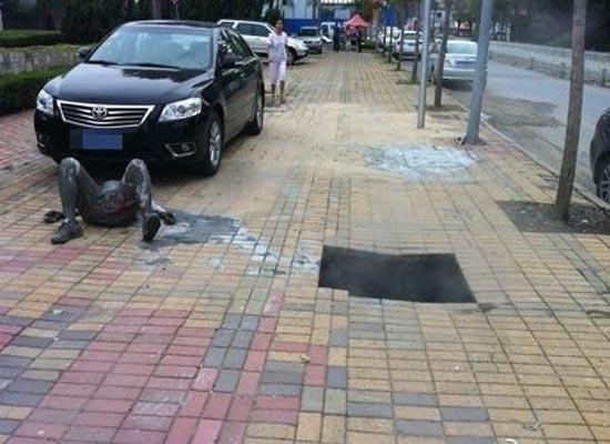 Người đàn ông bị bỏng nặng sau khi rơi xuống hố ga bật nắp