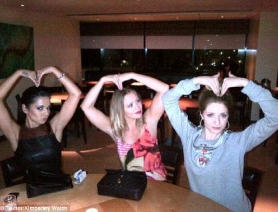 """Ba kiều nữ xinh đẹp của nhóm nhạc Girls Aloud gồm Cheryl Cole, Kimberley Walsh, và Nicola Roberts tranh thủ """"tạo dáng"""" trước ống kính trong một bữa tiệc"""