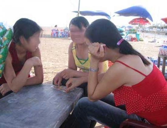 Các cô gái bán dâm hành nghề ở Quất Lâm. (Ảnh: Vietnamnet)