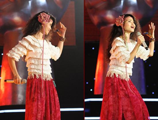 Ca sĩ Đồng Lan biểu diễn ca khúc Lavie en rose tại Giọng hát Việt 2012.