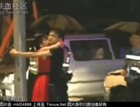 Lái xe tông chết người đang có màn lãng mạn trong mưa với cô nàng váy đỏ ngay tại hiện trường vụ tai nạn.