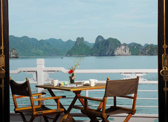 Một góc du thuyền nhìn ra vịnh Hạ Long.