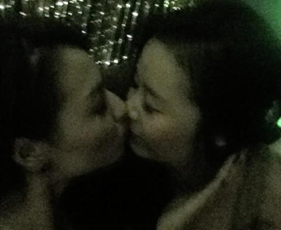 Hồng Quế trao nụ hôn tình tứ cho người bạn gái.