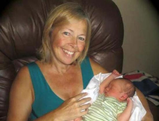 Bà Linda Sirois bên cạnh cháu trai mà bà mới sinh ra