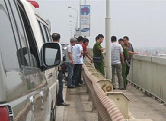Hung thủ thực nghiệm lại hành vi hất vợ xuống sông tại cầu Thăng Long (Ảnh: PLXH)