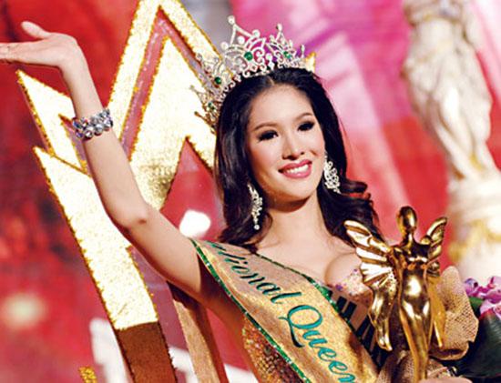 Hoa hậu Sirapassorn Atthayakorn trong lễ đăng quang ngôi vị Miss International 2010.