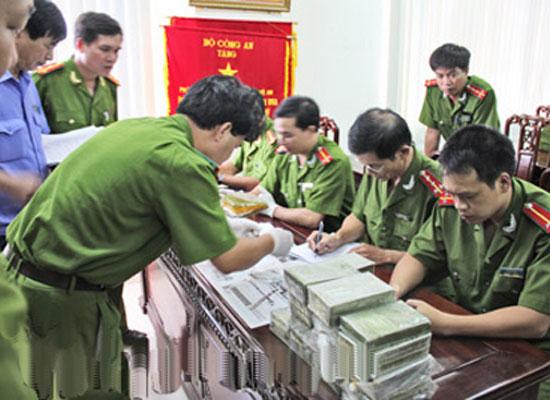 Lực lượng công an kiểm đếm tang vật ma túy mà đường dây của Thu, Châu mua bán