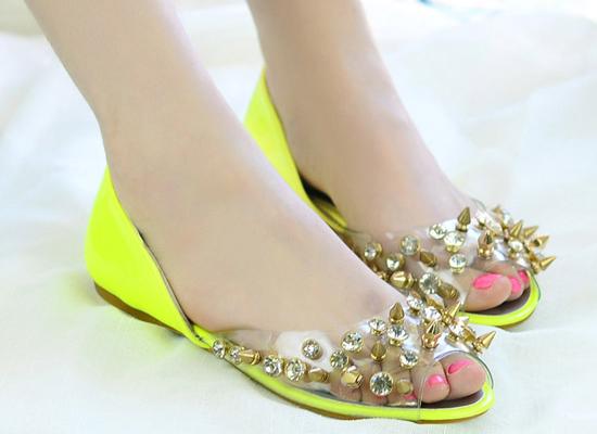 Giày dép ăn theo trào lưu mỏng manh trong suốt.