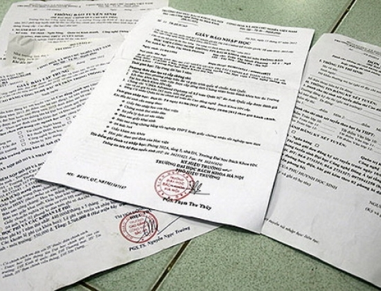 Những tờ giấy báo nhập học gây hoang mang cho thí sinh.