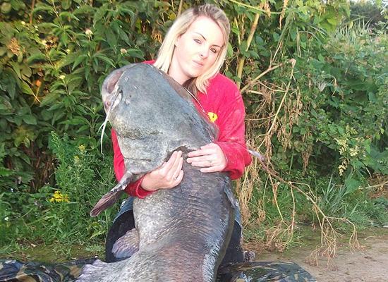 Kirstin Hole chụp ảnh cùng với quái vật cá khổng lồ mà cô câu được