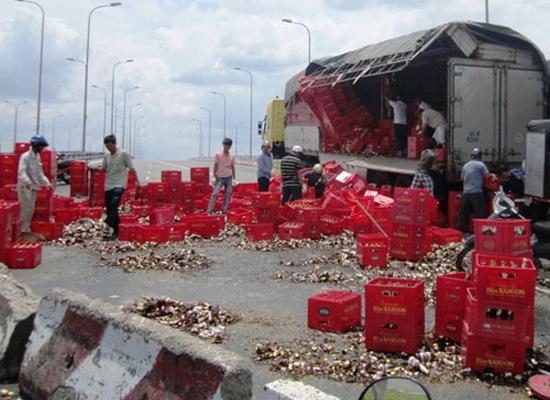 Hàng trăm thùng bia đổ tràn trên cầu vượt Quốc lộ 1A