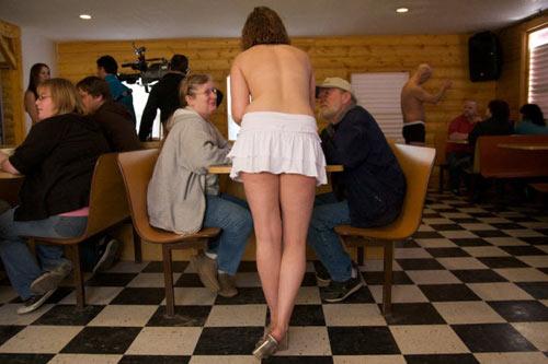 Quán cafe hút khách bằng... nữ phục vụ bán nude