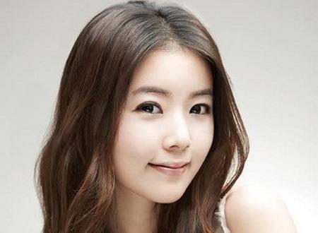 Mái tóc xoăn dài với những lọn to cũng sẽ giúp bạn cải thiện độ dày của tóc.