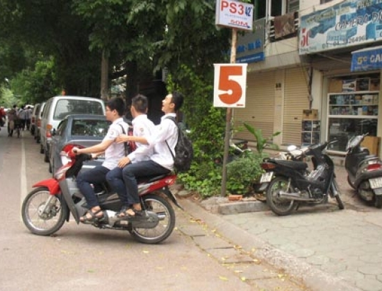Học sinh Trường THPT Việt Đức lấy xe máy tại bãi gửi xe số 5 Quang Trung. (Ảnh chụp 13/9).