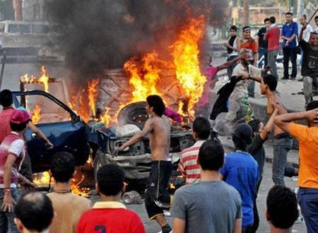 Đốt phá trước đại sứ quán Mỹ ở Cairo - Ai Cập. Ảnh: AP