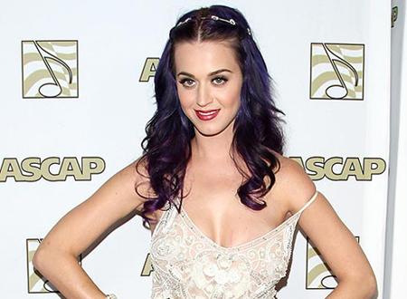 Cô ca sĩ Katy Perry tạo dáng quá hào hứng mà không để ý tới chiếc quai váy đang trễ nải và tuột dần.