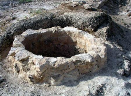 Bé Babu bị cha quẳng xuống giếng tới chết chỉ vì một chai rượu.