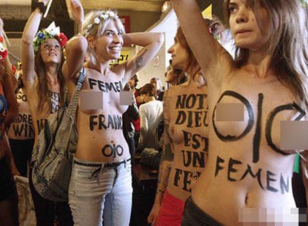 Hình ảnh nhóm Femen bán nude biểu tình ngày 18/9
