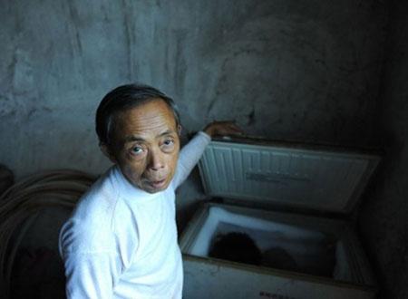 Ông Tian Xueming bên chiếc tủ lạnh chứa xác con. Ảnh: Ifeng