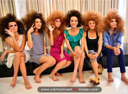 Các thí sinh Vietnam's Next Top Model 2012 với tạo hình lạ lẫm trước khi bước vào phần catwalk trên nước