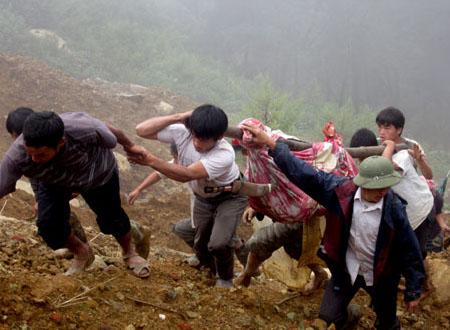 Cận cảnh cuộc tìm kiếm nạn nhân trong vụ sập hầm