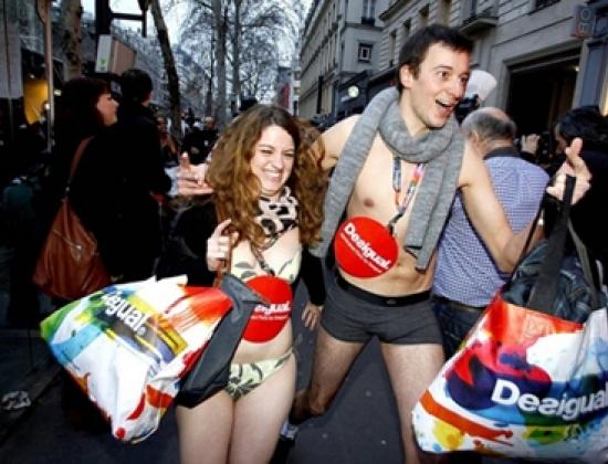Nhiều thanh niên mặc bikini tới cửa hàng để được tặng đồ miễn phí. Ảnh: ICP