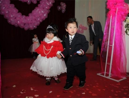 Đám cưới tập thể này vừa diễn ra hôm 11/1 do một trường mẫu giáo ở thành phố Trịnh Châu, tỉnh Hà Nam, Trung Quốc tổ chức.