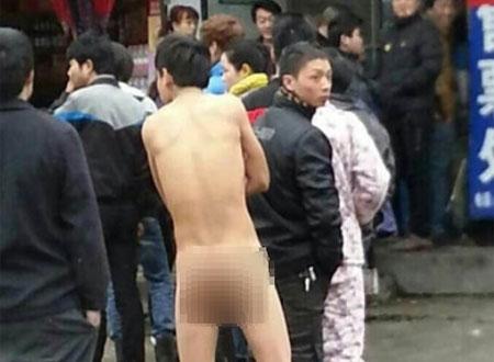 Chàng trai họ Đổng 26 tuổi khỏa thân xếp hàng mua vé tàu.