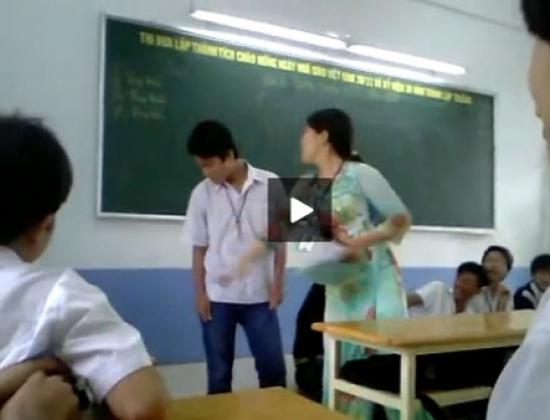 Giáo viên trường thực phẩm tát liên tiếp vào mặt trò (Hình ảnh cắt từ clip)