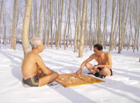 Hai ông già họ Trương và Trần vẫn rèn luyện sức khỏe theo cách đặc biệt này