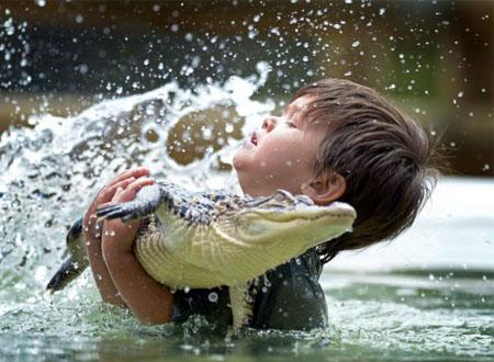 Charlie Parker ôm con cá sấu Nam Mỹ ngay tại hồ bơi