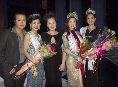 Minh Chánh (bìa trái) và bà Chung Ngọc Nhi (thứ 3, từ trái sang) bên cạnh các thí sinh đăng quang Hoa hậu Phu nhân Người Việt Thế giới.