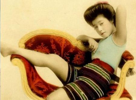 Geisha trong trang phục áo tắm.