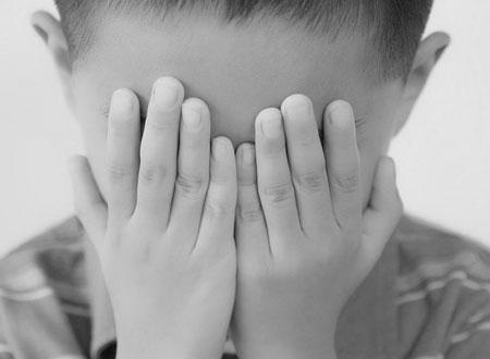 Dẫn người mù qua đường, cậu bé 14 tuổi bị ấu dâm đồng tính
