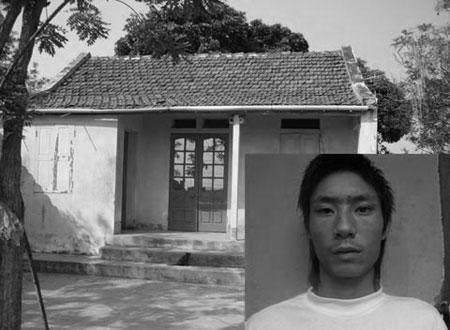 Trần Văn Phi và ngôi nhà sinh sống thuở nhỏ.