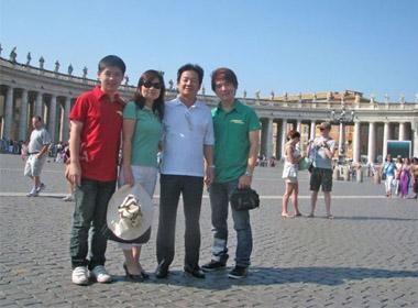 Gia đình bầu Hiển với 2 con trai là Đỗ Quang Vinh (phải) và Đỗ Vinh Quang (trái)