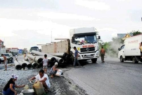 Những vụ 'hôi của' người gặp nạn trên đường | Hôi của, Hôi của từ xe tải gặp nạn, Hôi dầu nhớt, Hôi xăng, Hôi măng cụt